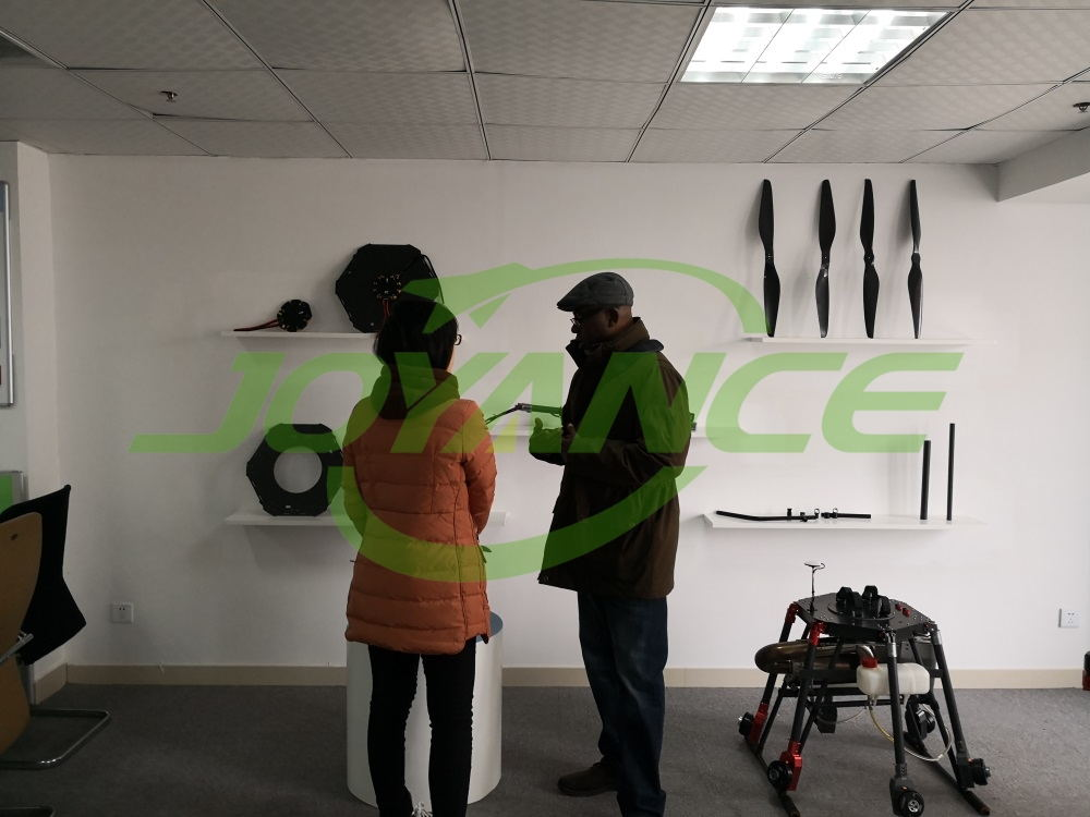 African sprayer drone client comes to Joyance to learn how to operate